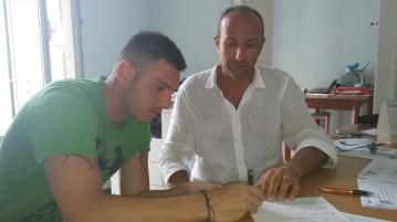 Petrachi al momento della firma con il presidente Lippolis